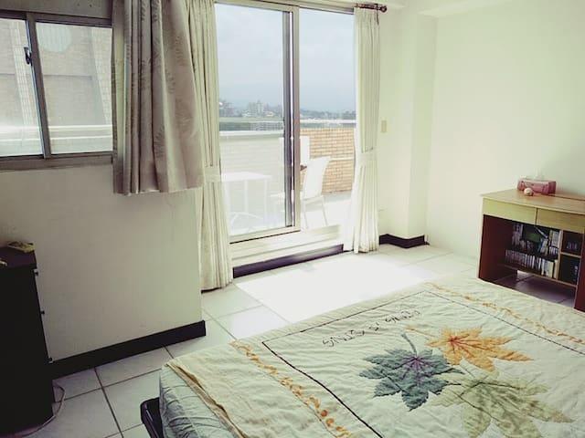 大片明亮落地窗,可直接在床上欣賞窗外景色。