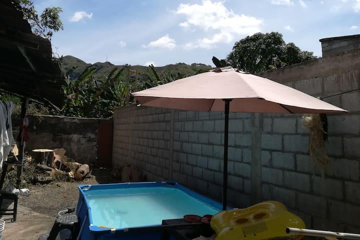Ambiente colonial típico de una familia hondana