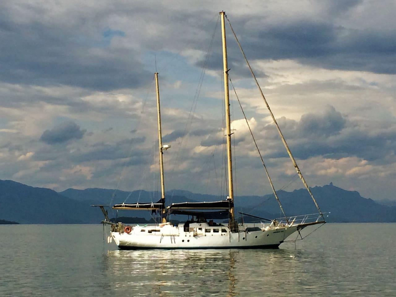 Horizonte Azul anchored in Paraty bay