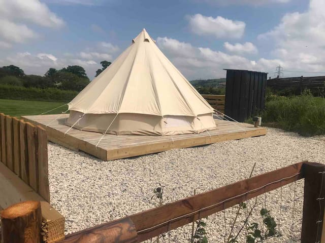 Jurassic furnished bell tent.Spa & hot tub on site