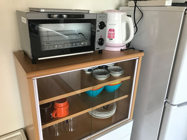 We have home appliances and dishes for simple cooking. 簡単なお料理のできる家電や食器類を備えています。