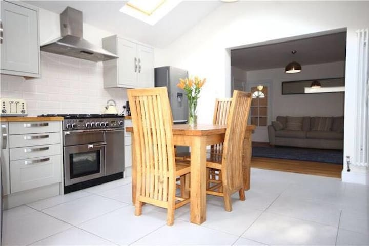 Family Home - Sleeps 6 with parking