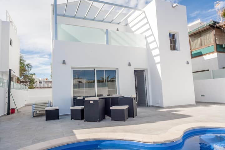 Modern detached villa with private heated pool