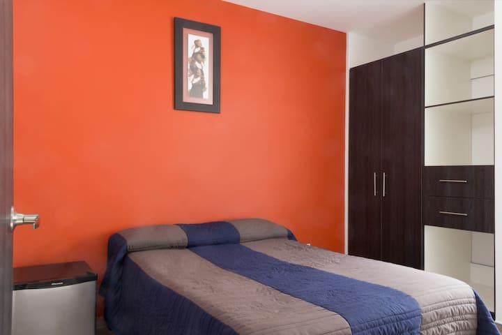 Habitación c/cama matrimonial, frigobar, closet amplio.