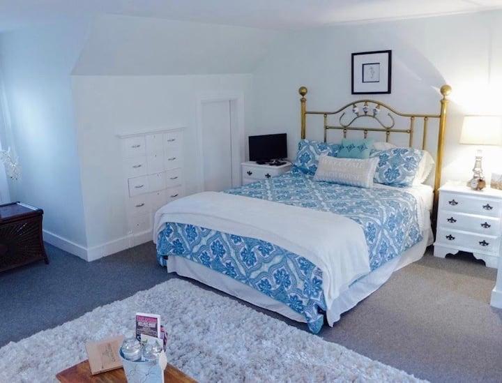 Cherry Blossom Cooney Cottage private suite & bath