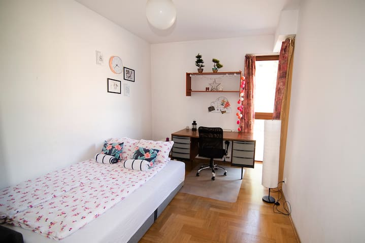 Cozy room,  green Terrace, 18min walk to Old Town