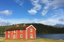 1800-tals Säteri vid egen del av sjön