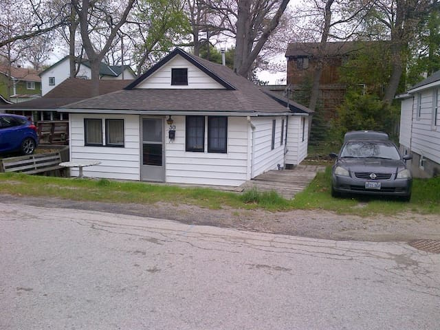 Family cottage heart of Grand Bend with newer deck