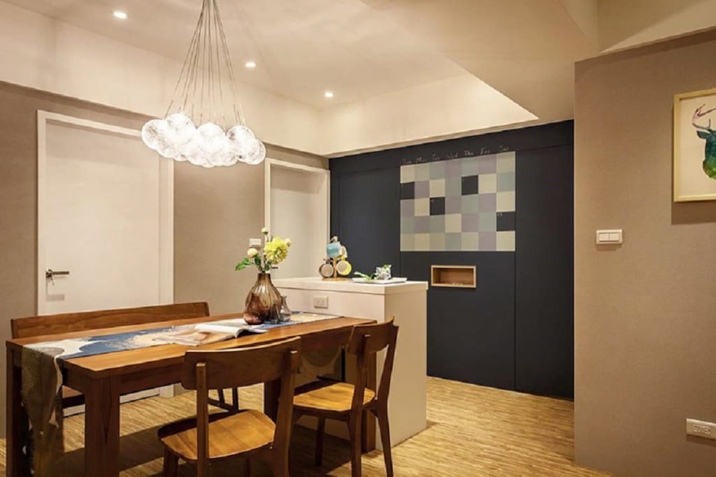 可供多人享用的舒适木制餐桌