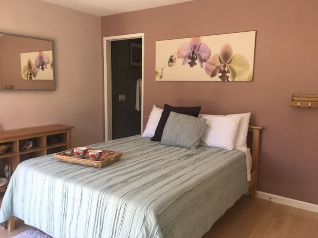 Master Bedroom w Private Bath/Entry - Huntington Beach - Hus