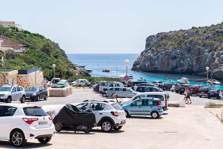 Vista del mar desde la terraza.  Zona de playa y baño a 1 minuto caminando.  Y aparcamiento privado frente la casa.