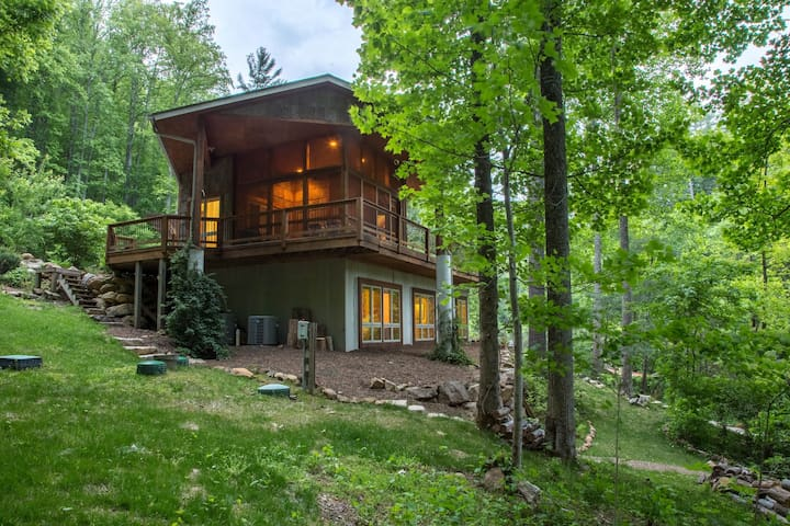 Private eco-retreat w/ screened porch & wood stove - zipline on property!