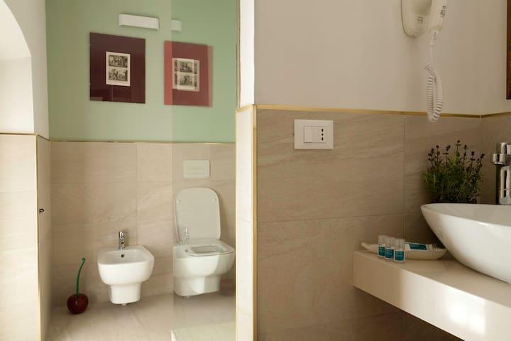 bagno luminoso con ampia doccia