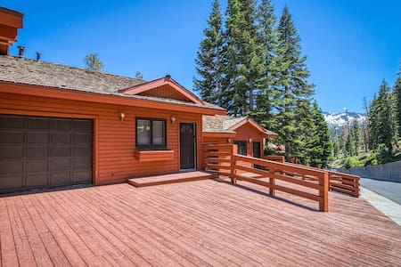 Ski-in/ski-out Mammoth Lakes getaway with outdoor grill!