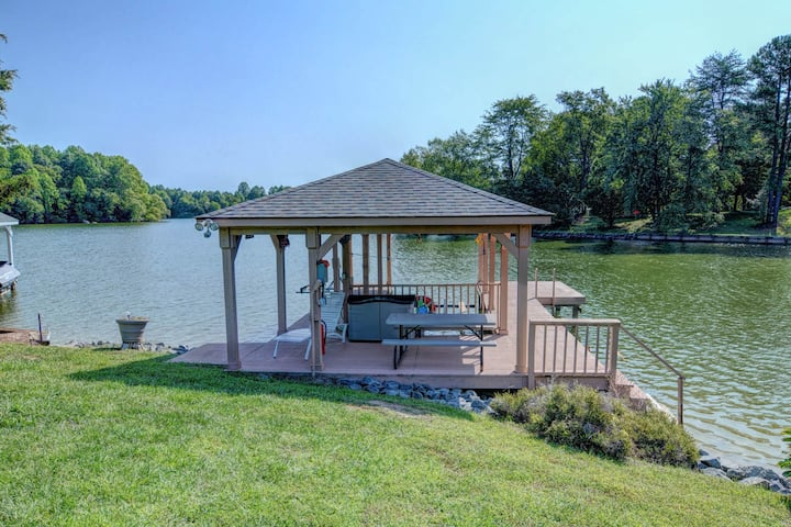 Lakefront, dog-friendly home w/ WiFi, dock, private swimming area & water toys!