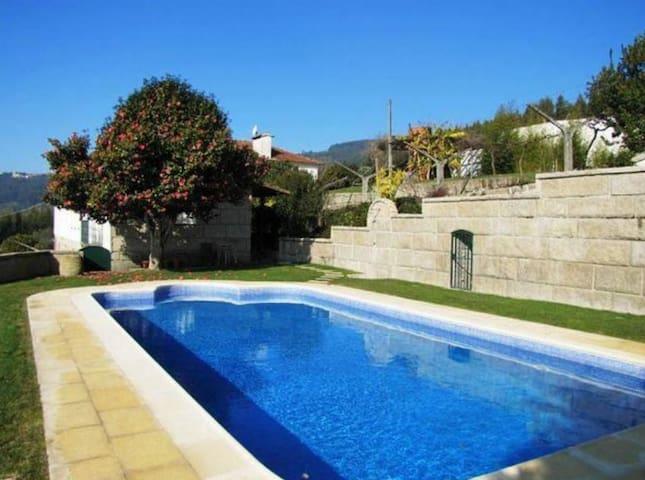 Casa senhorial com piscina e grande jardim relvado - Campelo