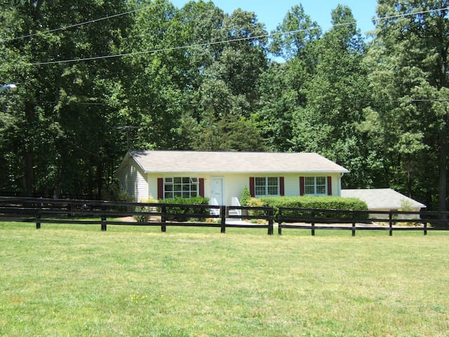 SFH, 3 gorgeous acres, fenced yard, horse friendly