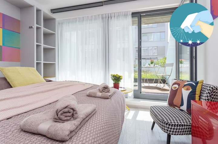 Pop-art apt in Karlin with parking and AC