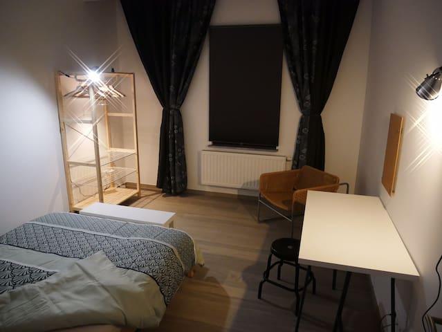 Chambre spacieuse dans un loft fraîchement rénové