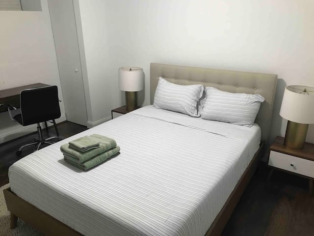 Cozy Private Bed/Bath in Greektown near JH