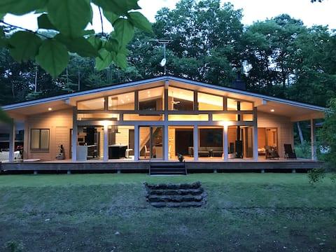 大きな窓から森を眺める   「一棟丸ごと」自宅に居るのと同じ環境なので安心ステイ