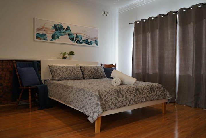 Classic, spacious room + ensuite in ideal location