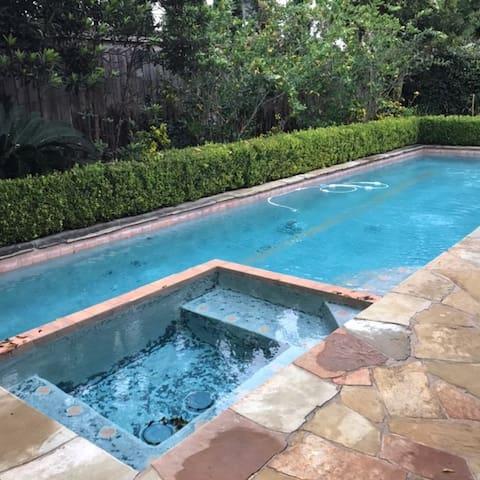 Beautiful Home Near NRG w/ Heated Pool & Hot Tub - Bellaire - House