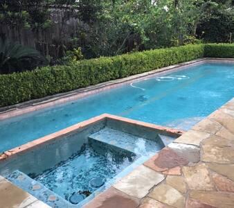 Beautiful Home Near NRG w/ Heated Pool & Hot Tub - Bellaire - Haus