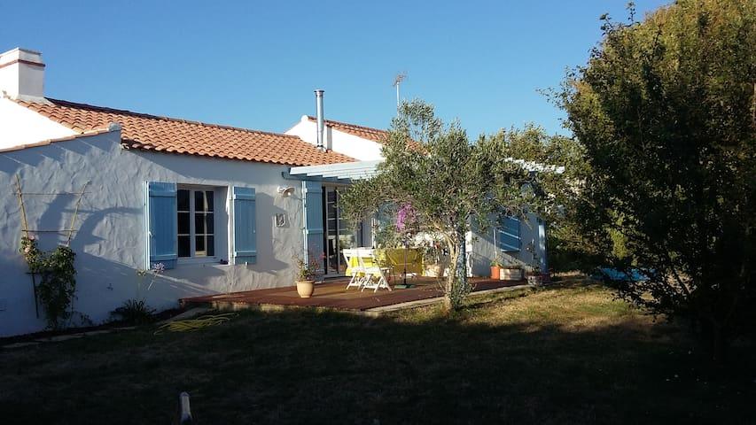 Chambre dans maison au calme d'un jardin arboré - La Barre-de-Monts - House
