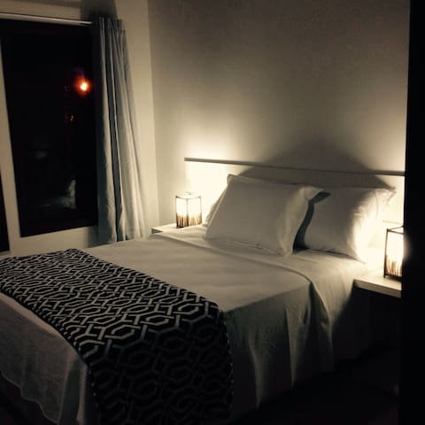 Ampla dormitório , cama box .