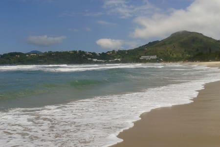 Apartamento pé na areia com som das ondas do mar