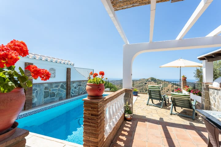 nice rural villa w/ private pool, terrace & 3 fans!