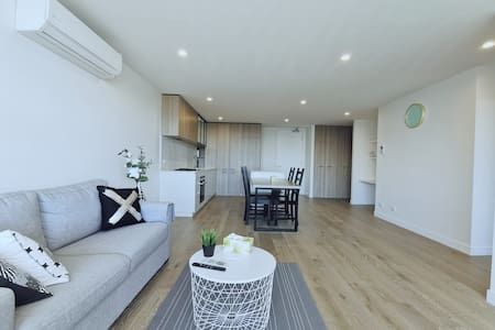 Spacious apartment right next to Bentleigh station