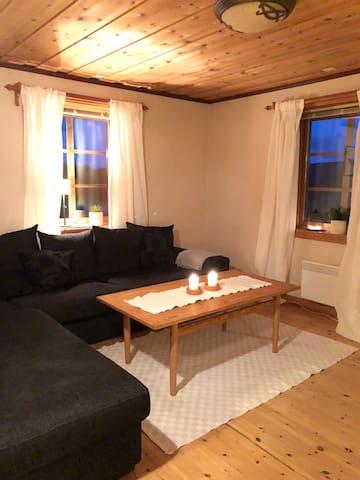 Vardagsrum med stor soffa och tv