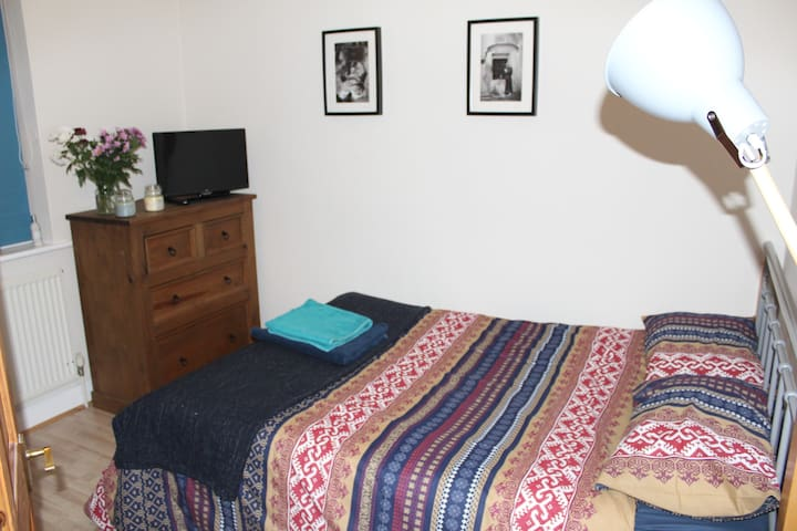 Double Room in cosy house at top of Gloucester Rd