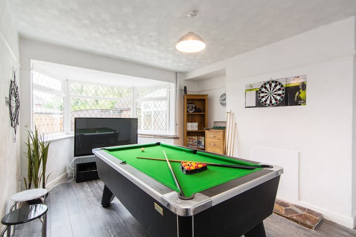 Hollington House with Games Room, Parking & Garden