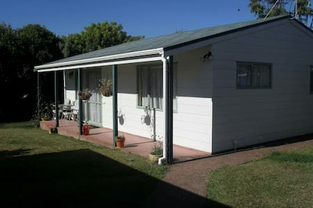 One bedroom cottage at the bottom of the garden. - Auckland - Rumah Tamu