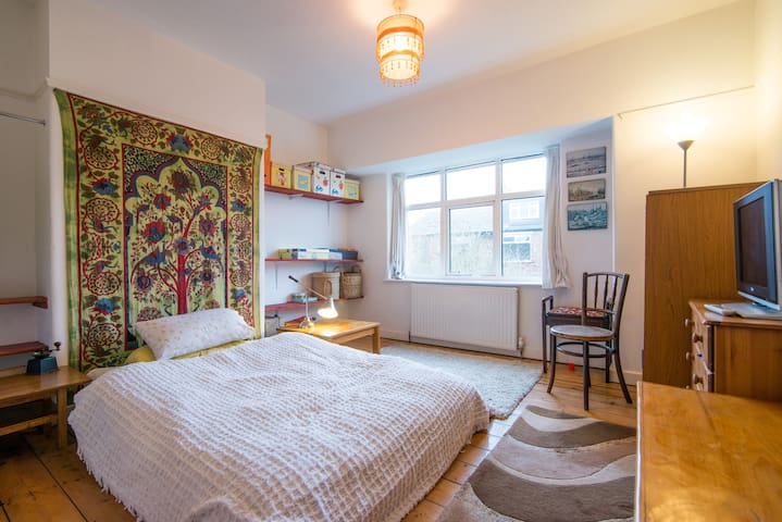 Big Comfy Room in Leafy Central Suburb