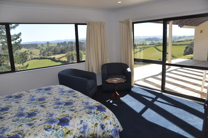 Large Double room with private bathroom (North)