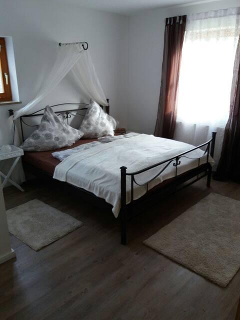 Romantische, liefdevolle kamer + badkamer