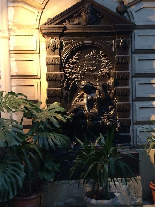 la fontaine de la cour est classée aux monuments historiques!