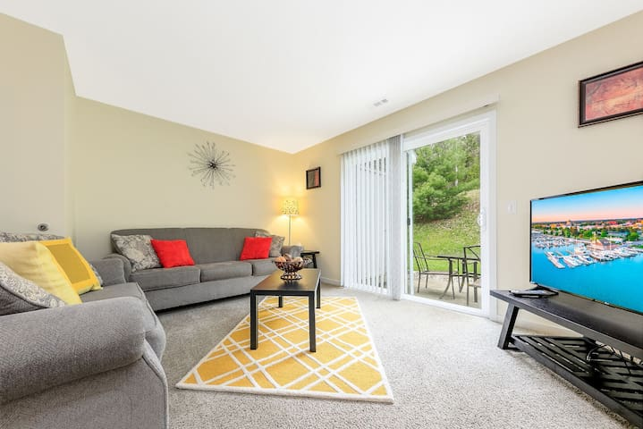 ✵ Contemporary 2 Bedroom Apt. @ Holiday Village ➠ Unit 3891 ✵