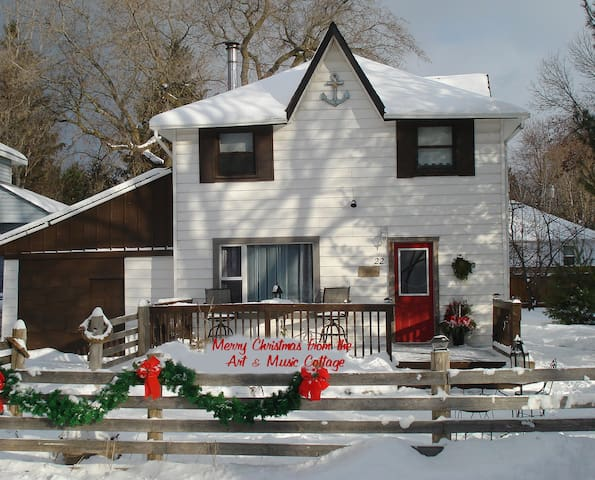 Lake Simcoe Art & Music Cottage / Four Season