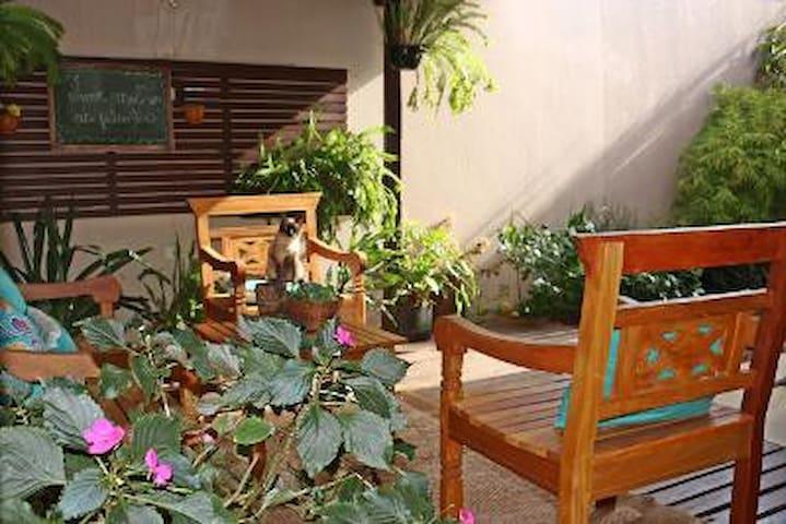 Casa inteira, com jardim, pergolado , quarto ar condicionado, wi-ffi, roupa cama.