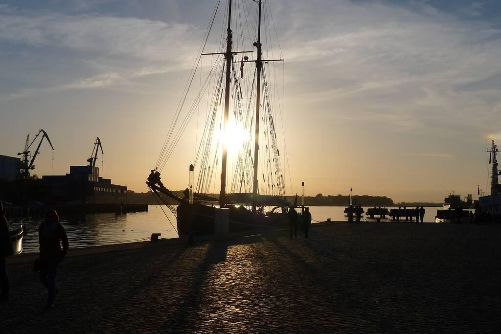 ´Ende eines schönen Urlaubstages: Sonnenuntergang im Alten Hafen Wismar