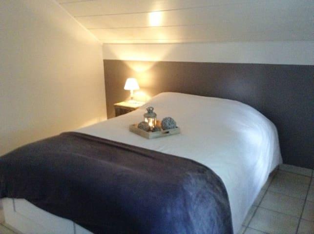 Chambre  lit double de deux personnes et un lit de une personne