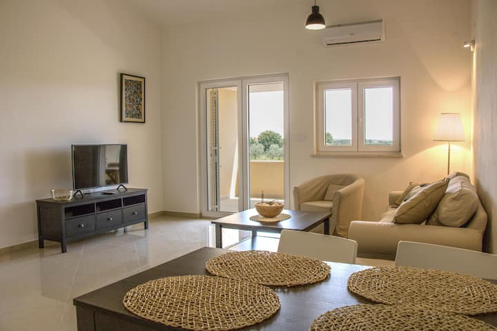 NEW modern apartment only 500m to the beach!