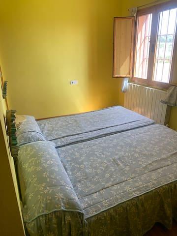 Dormitorio 2 camas con baño privado