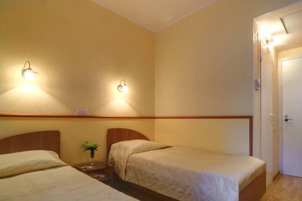 Номер комфорт с двумя односпальными кроватями и душем.