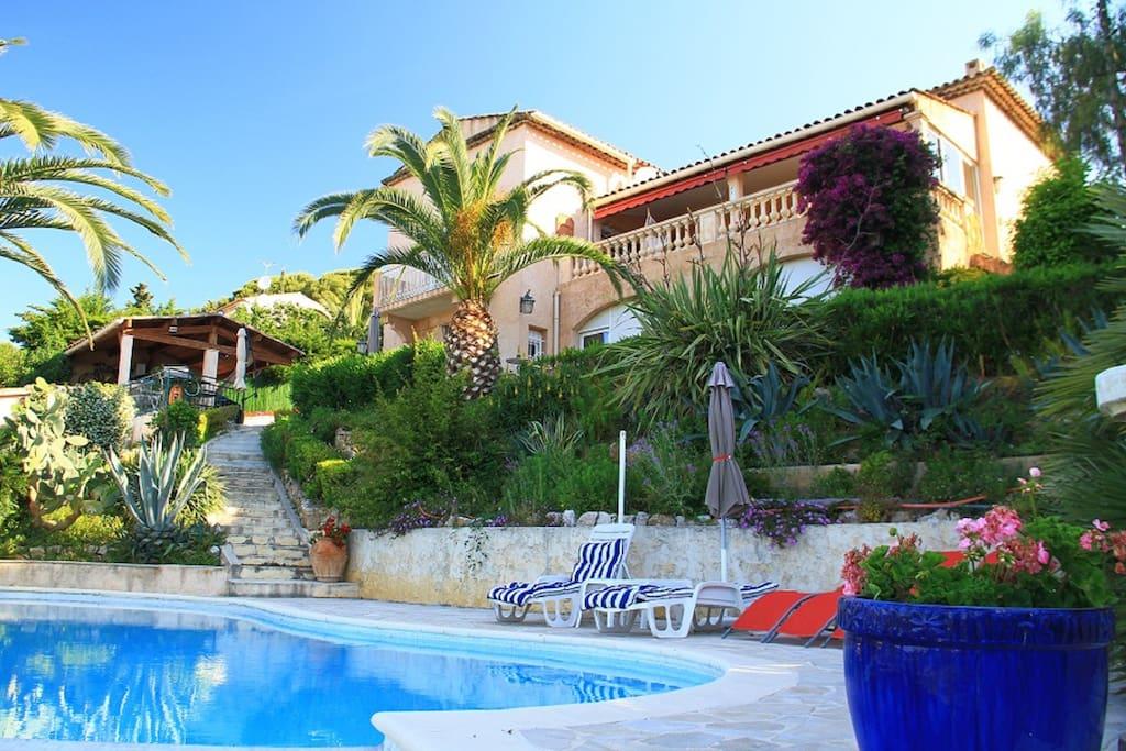 Vue de la villa à partir de la piscine